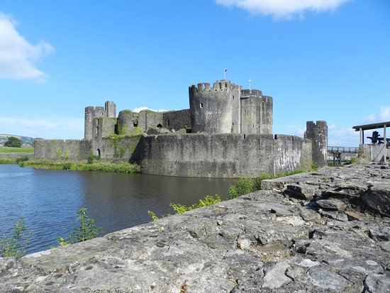 Caerphilly, UK: Moat and inner wall