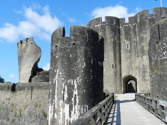 Caerphilly, UK: Gatehouse with leaning south-west tower on the left