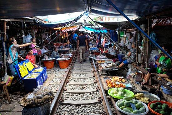Samut Songkhram, Tailandia: Before the train passes