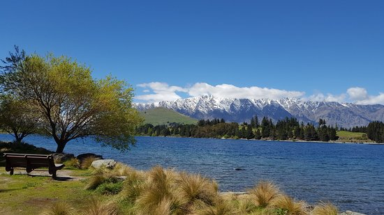 Queenstown, Nya Zeeland: A view of the lake by the Gardens