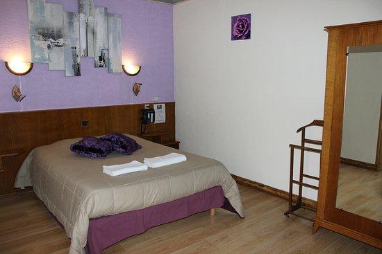 Hotel Bar les Allies: chambre double avec salle de bain et wc