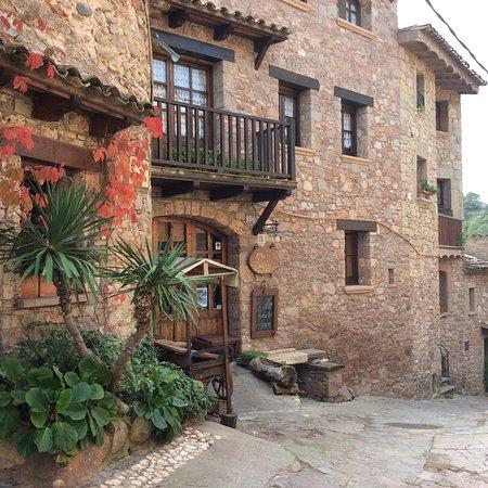 Mura, Spania: Un precioso pueblo , con un restaurante excelente ...cocina de primera linea con mucho diseño y