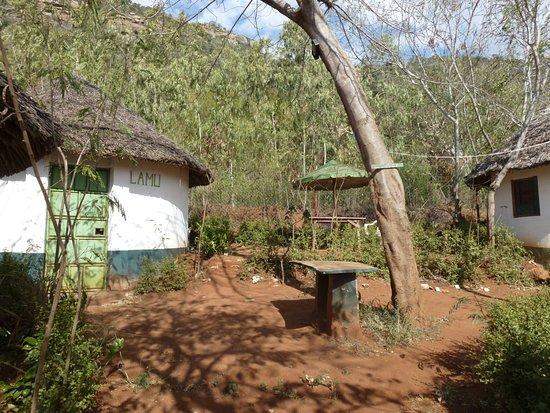 Provincia Costiera, Kenya: Outside view of 1 of 3 circular bandas, Lamli it outside seating area