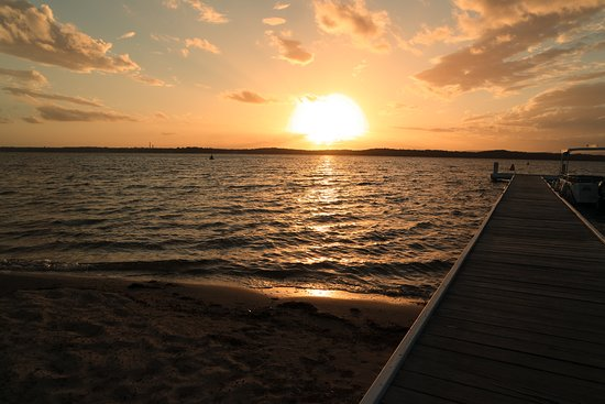 Cams Wharf, أستراليا: Sunset over jetty, boat hire and jet boat rides available.