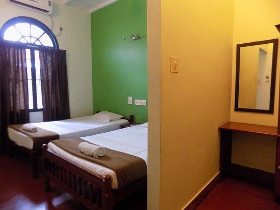 Elphinstone Residency : Twin Bed Room
