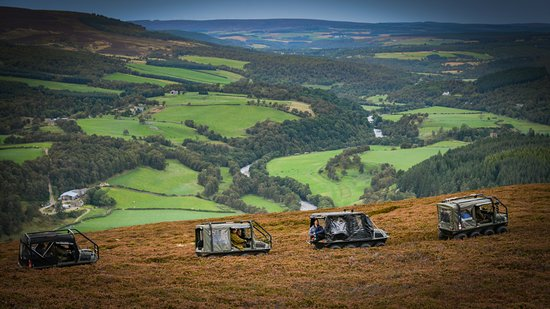 Glenlivet, UK: Our Argocats skirting the hill edge with stunning views far below.