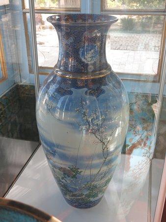 Palace of Moon-like Stars (Sitorai-Mokhi-Khosa), Chinese vase