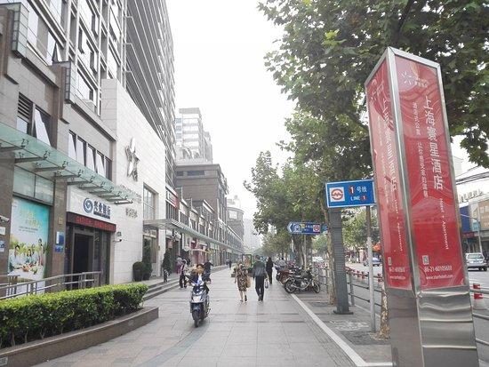 Starr Hotel: Near Metro