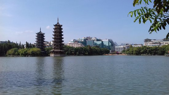 Guilin Two Rivers and Four Lakes Resort: Вид на пагоды Луны и Солнца