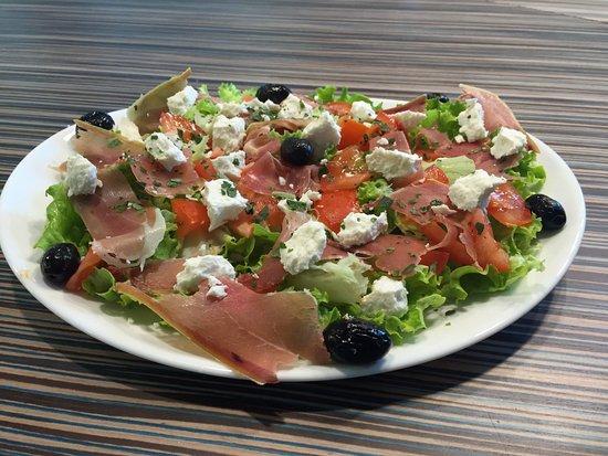Севрие, Франция: Salade Campagnarde  salade, tomate fraiche, jambon cru, chèvre, olives noires