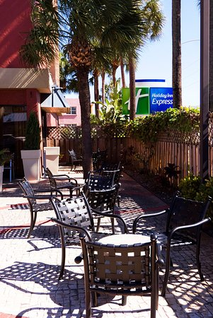 Miami Springs, FL: Holiday Inn Express Outdoor Seating Patio Courtyard