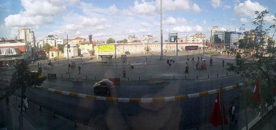 Ottoman Palace Taksim Square Hotel: Vue panoramique depuis ma chambre sur la Place Taksim