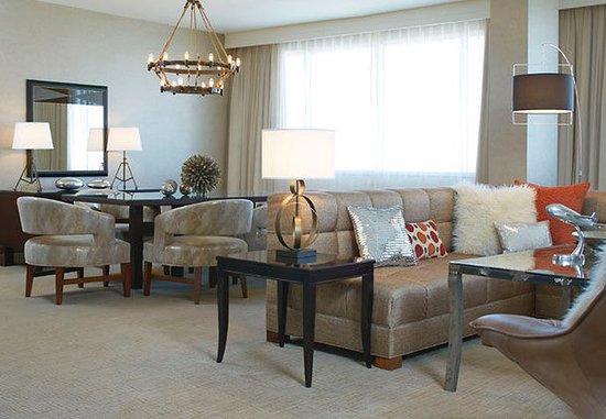 Berkeley, Миссури: Presidential Suite – Living & Dining Area