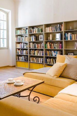 Montagnac, Francia: A comfy sofa in the guests' library