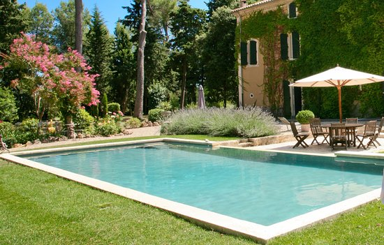 Domaine Saint Hilaire: The infinity swimming pool