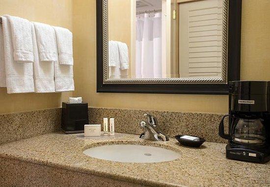San Bruno, كاليفورنيا: Suite Bathroom