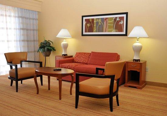 College Station, TX: Queen/Queen Suite Sitting Area
