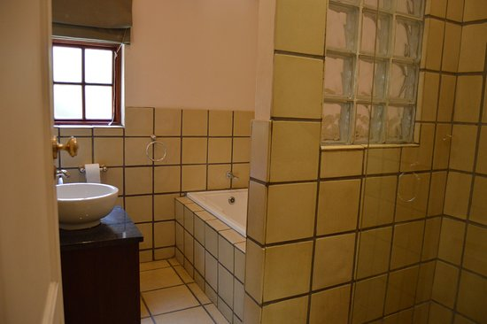 Green Gables: On-Suite bathrooms in all rooms with seperate bath and shower