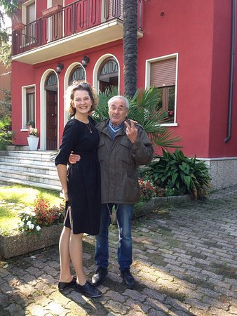 B&B Il Tulipano: Picture with owner. Ypu can see how charming he is!