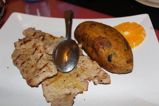 Montemor-o-Novo, โปรตุเกส: Bifanas grelhadas com migas com espargos