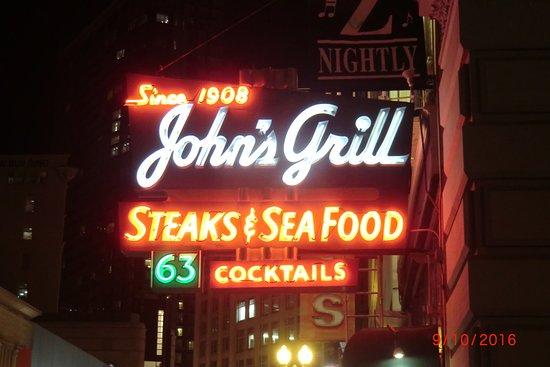 John's Grill: Aussenschild