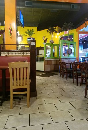 Hardy, Вирджиния: Cancun Mexican Restaurant- street and inside views