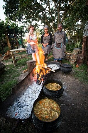 Wilderness, Sudáfrica: visitors or tourist are welcomed to join in cooking