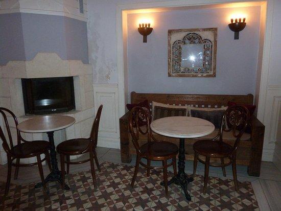 Hotel Empress Zoe: Dining/common room