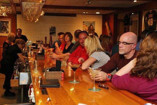 Conway, Nueva Hampshire: Customers enjoying martinis at the bar