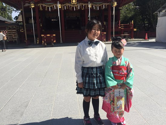 Shiogama, Jepang: A little girl in traditional costume in front of the jinja.