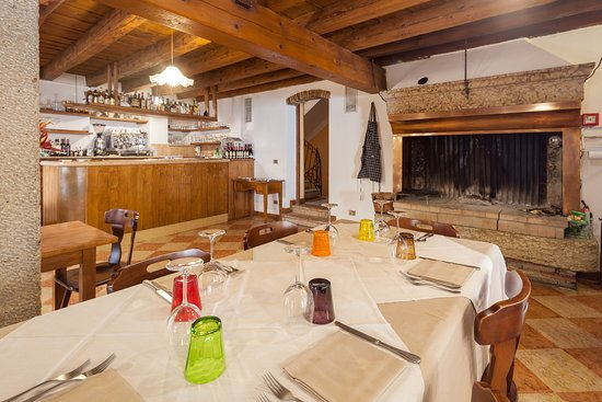 Al Centrale: bar and fireplace
