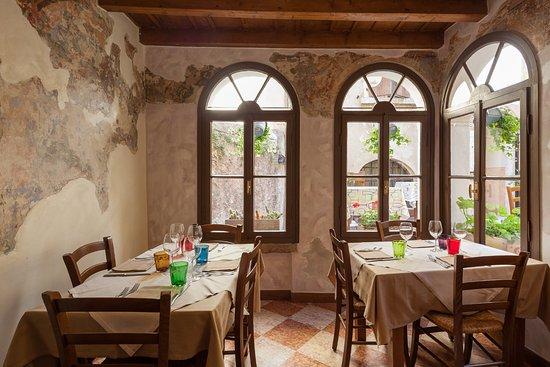 Al Centrale: the frescos breakfast/dining room