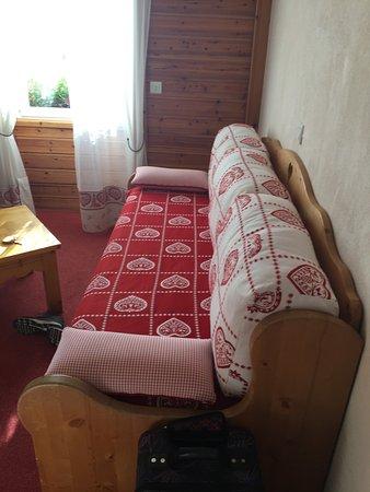 lit dans un tiroir sous le canapé du salon chambre familiale