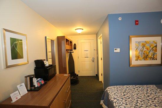 Altoona, PA: Dresser, Ironing board, coat rack