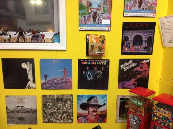 West Seneca, Estado de Nueva York: Just one of the album-cover-covered walls