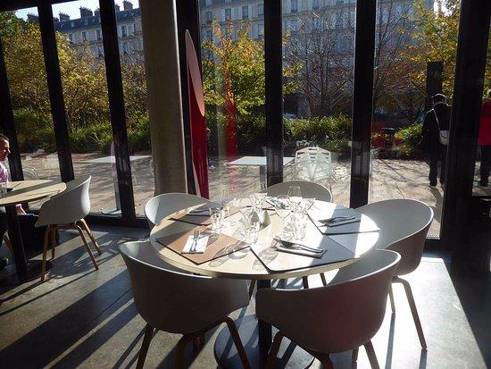 Vue sur la tour eiffel picture of cafe branly paris tripadvisor - Restaurant dans la tour eiffel ...