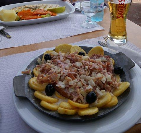 Salema, Portugal: Svärdfisk resp. tonfisk med bacon, oliver och potatis