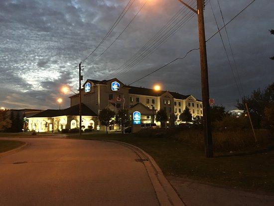 Best Western Plus Executive Inn: uitzicht richting hotel in de avond