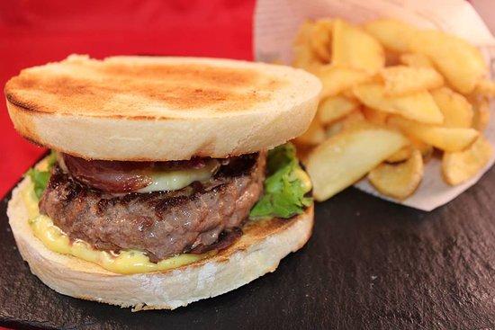 Egletons, France : Le fameux burger 100% corrézien du 19 Vin !