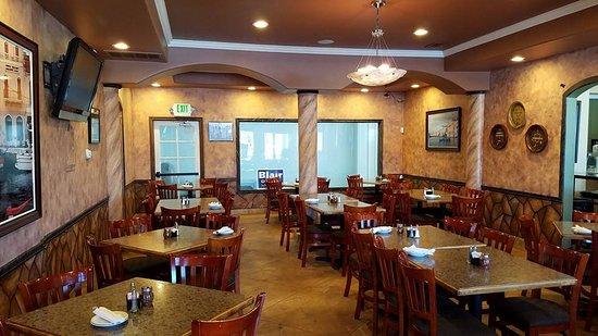 Dominic's Italian Restaurant : Dining room