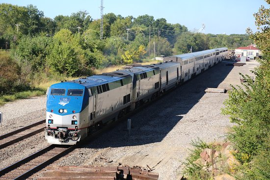 Depot Inn & Suites: An Amtrak train passing the hotels Lookout Point