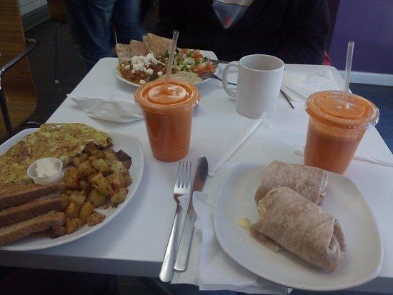 Effy's Cafe: Zumo de naranja con zanahoria y manzanacon wrap de queso brieaguacate y tomate,