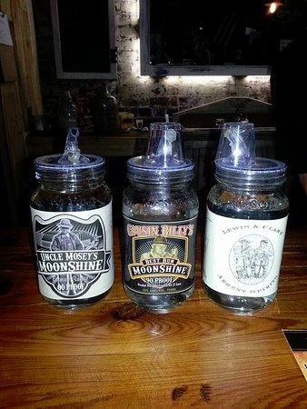 Hardin, Κεντάκι: Moonshine tasting! Cool Ball canning jars with pouring lids!