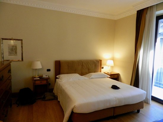 Katane Palace Hotel: Bedroom with door to balcony