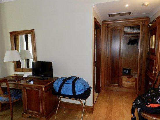 Katane Palace Hotel: Desk and wardrobe