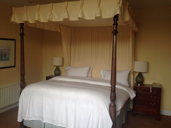 Dunraven Arms Hotel: Comfy bed