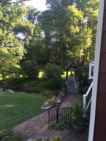 Hickory Bridge Farm Bed and Breakfast: Lovely grounds
