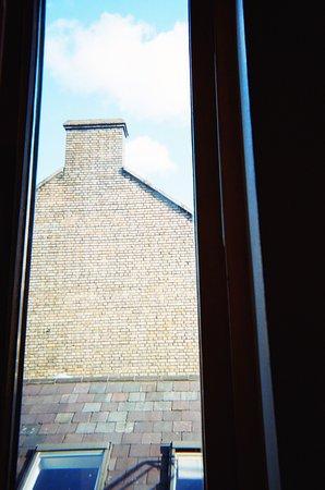 Barnacles Hostel Temple Bar: Но вид из окна у нас был специфический!)))