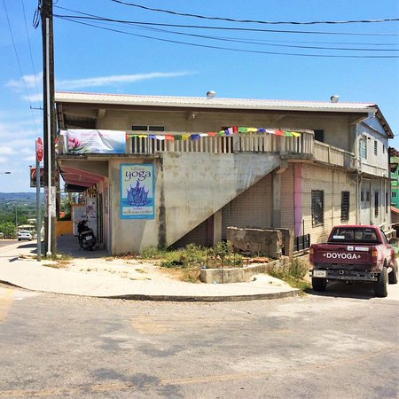 San Ignacio, Belice: The outside of our building. We are upstairs from the Recinos Bakery.