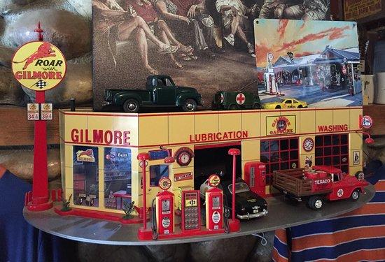 วูดแลนด์, แคลิฟอร์เนีย: This replica of an old-time gas station is just one of the many delightful touches